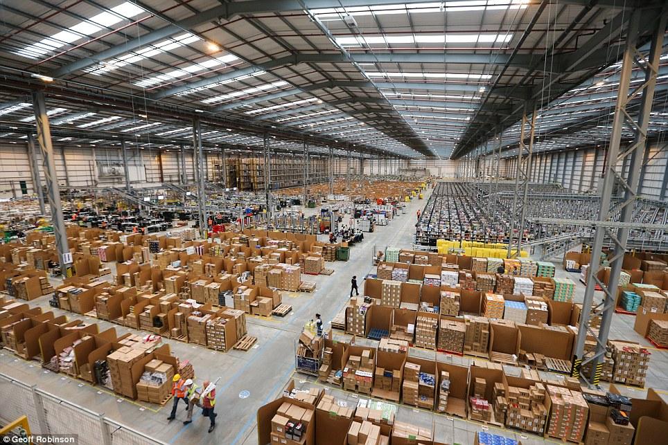 Amazon показал склад рождественских подарков - new retail.