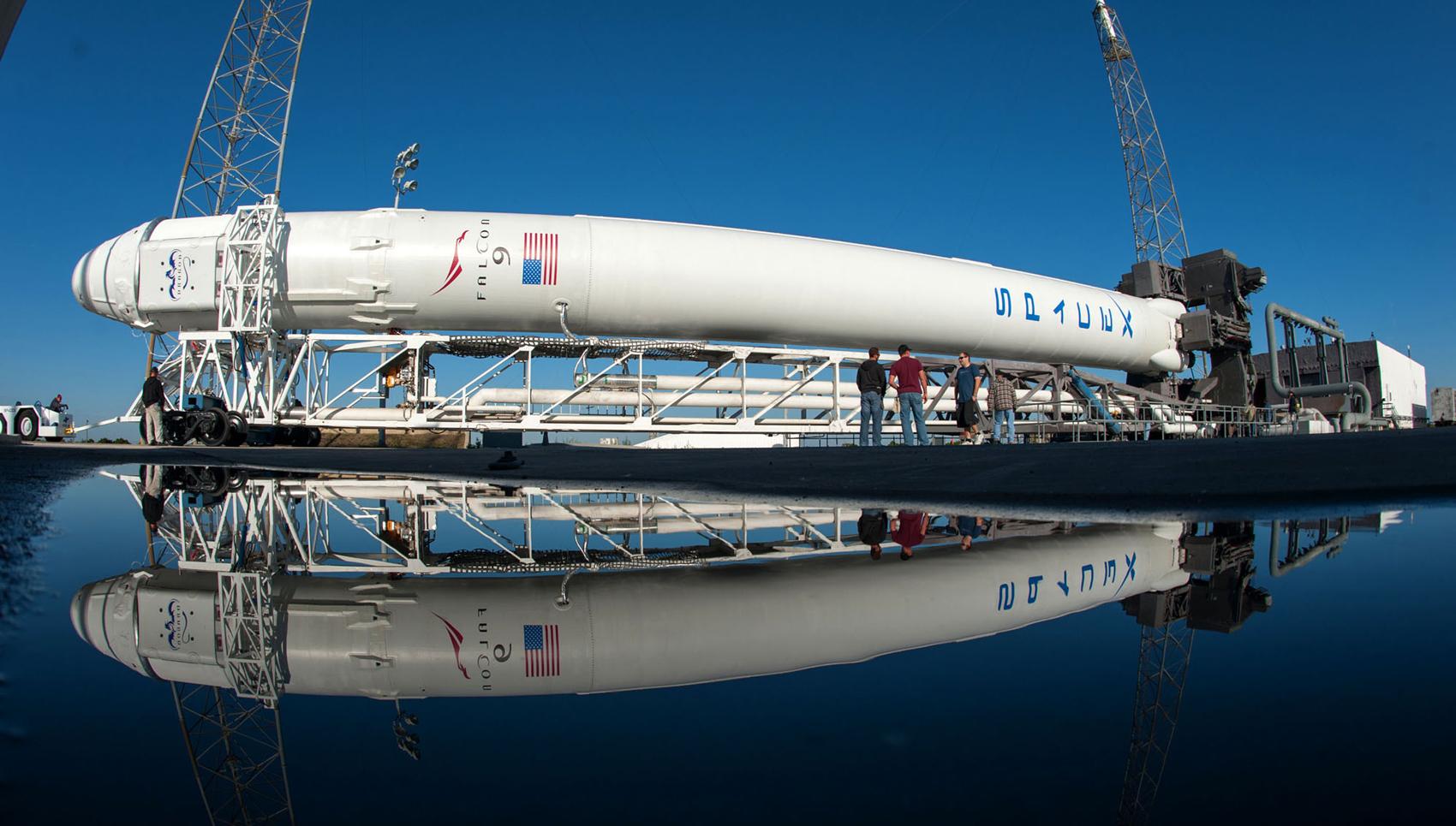 SpaceX запустила первый коммерческий спутник