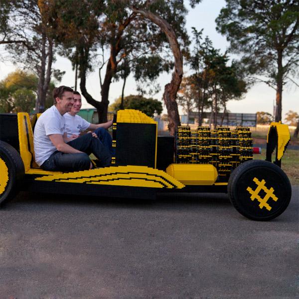 LEGO,автомобиль, LEGO-мобиль на ходу собран двумя энтузиастами