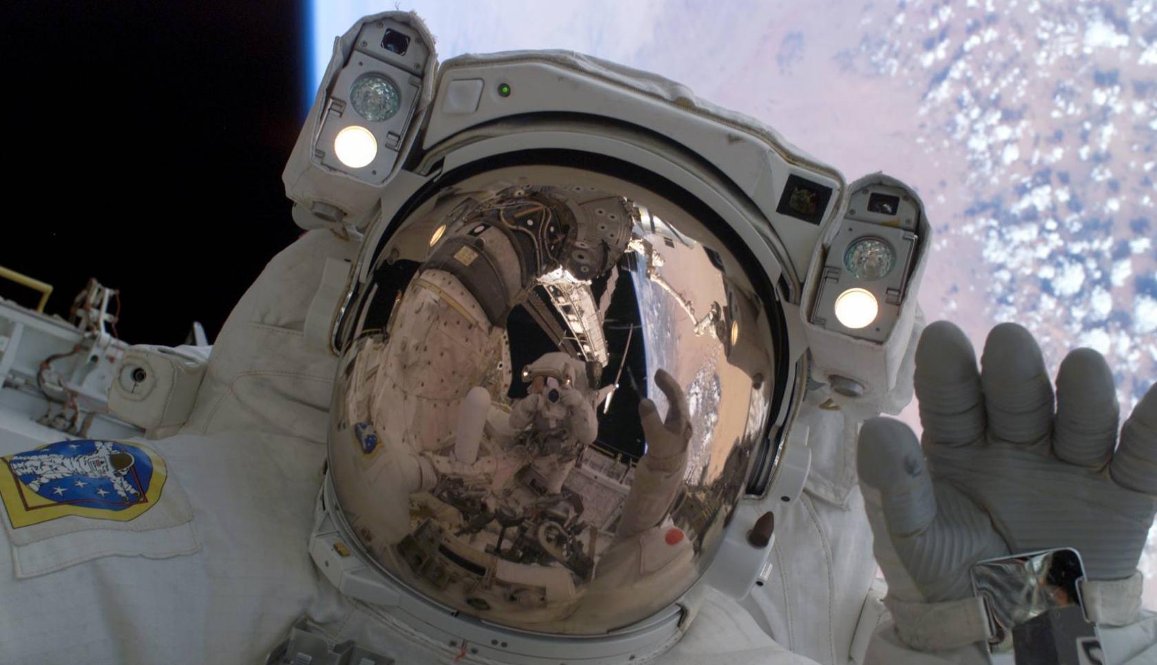 Астронавты МКС досрочно закончили запланированный выход в космос