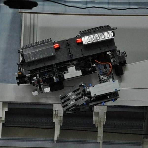 робот, Школьники создали роботов, которые будут бороться с сосульками