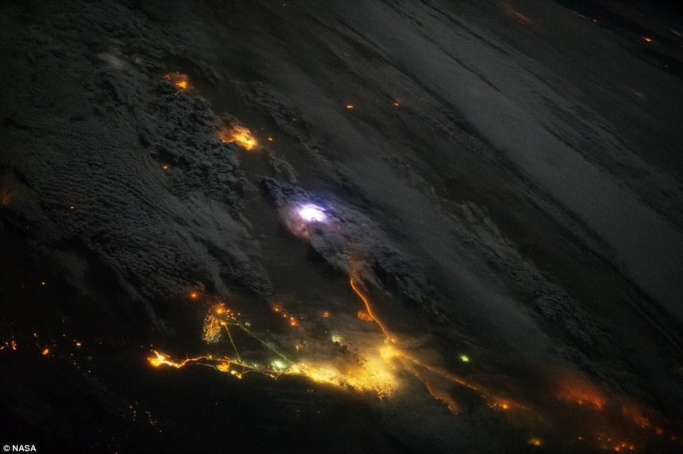Как видят молнии космонавты (2 фото)