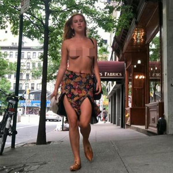 Instagram, Дочь Брюса Уиллиса протестовала c голой грудью против Instagram