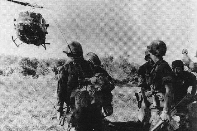 Раненный солдат возвращается на поле боя